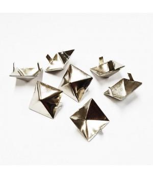 Заклепка квадратная серебристая 15 мм пирамида