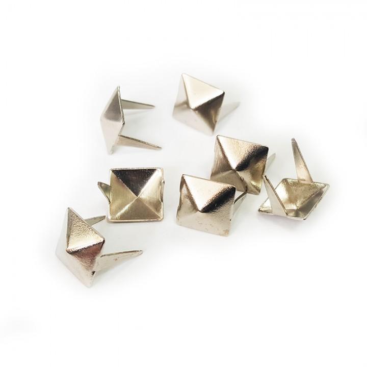 Заклепка квадратная серебристая 10 мм пирамида (4725)